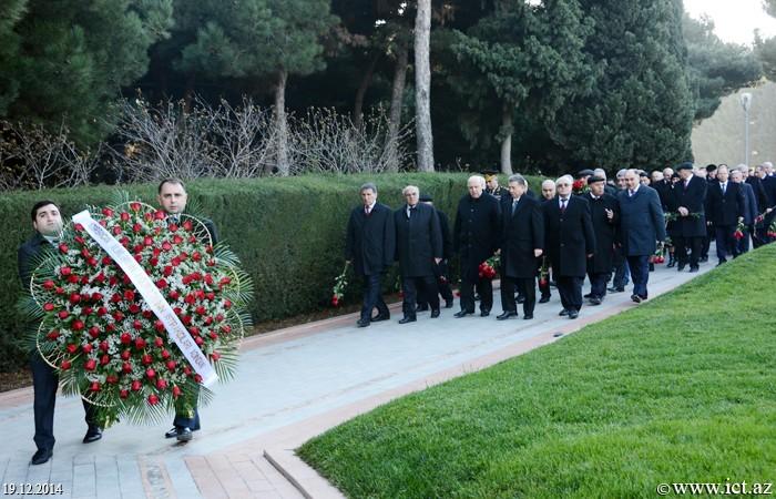 Azərbaycan alimlərinin I Qurultayının iştirakçıları ulu öndər Heydər Əliyevin məzarını ziyarət etdilər