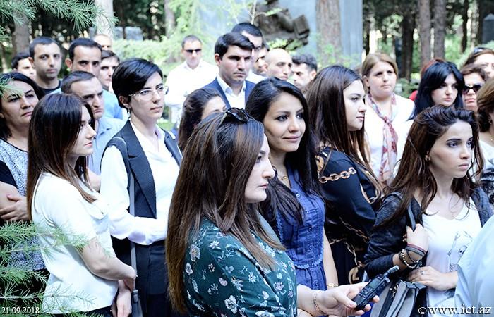 I Fəxri xiyaban. İnstitutun kollektivi dahi alim Lütfi Zadənin qəbirüstü abidəsini ziyarət edib