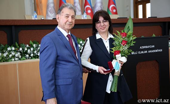 """AMEA-nın bir qrup əməkdaşına """"Azərbaycan Respublikası qabaqcıl təhsil işçisi"""" döş nişanı təqdim edilib"""