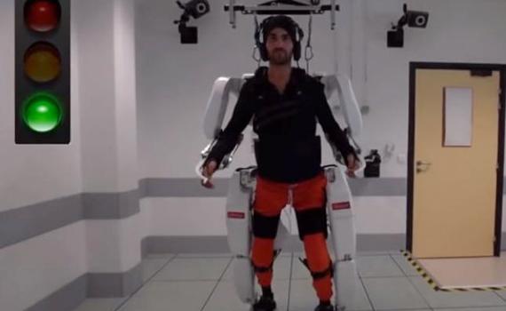 Новый экзоскелет дал возможность парализованному от плеч мужчине пройти 145 метров