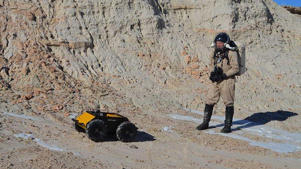 Боевым роботам научили понимать голосовые команды и ориентироваться на местности