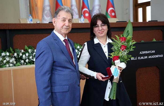 """,AMEA-nın bir qrup əməkdaşına """"Azərbaycan Respublikası qabaqcıl təhsil işçisi"""" döş nişanı təqdim edilib"""