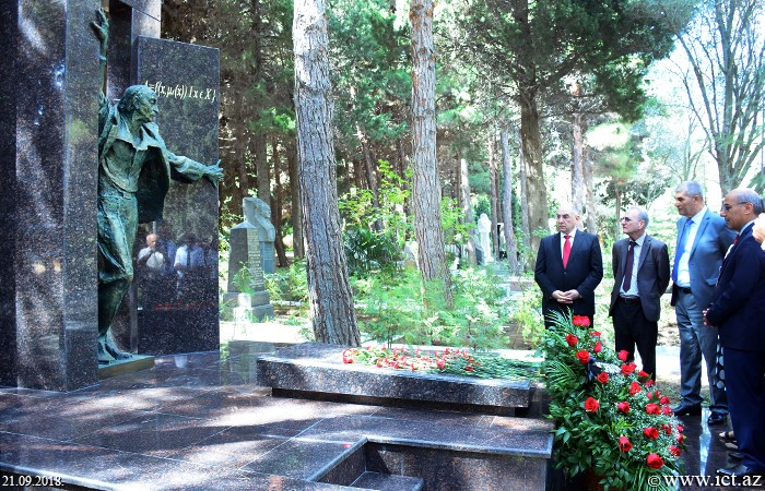,İnstitutun kollektivi dahi alim Lütfi Zadənin qəbirüstü abidəsini ziyarət edib